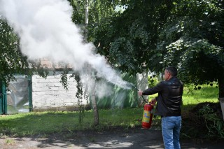 У селищній раді вчилися гасити пожежі за допомогою вогнегасників
